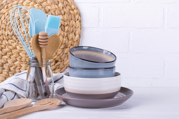 Простой домашний кухонный натюрморт. набор фарфоровой посуды. кухонная утварь