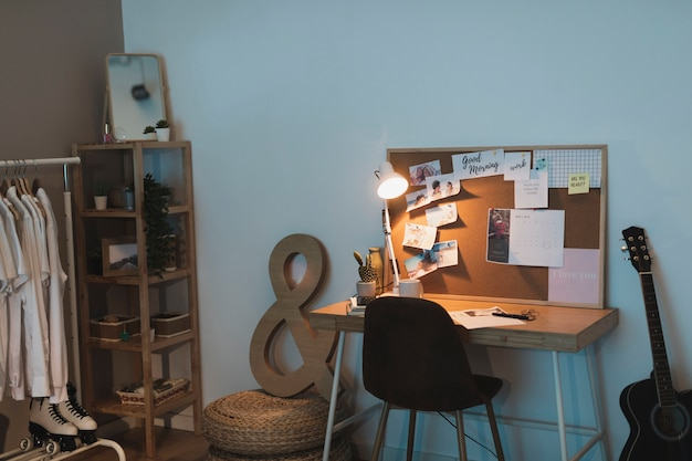 ワードローブと机のあるシンプルなリビングルーム