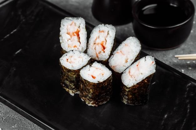 Простые маки с креветками. суши на сером фоне.