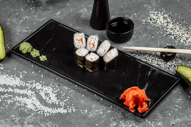 エビのシンプルなマキ。灰色の背景に寿司。
