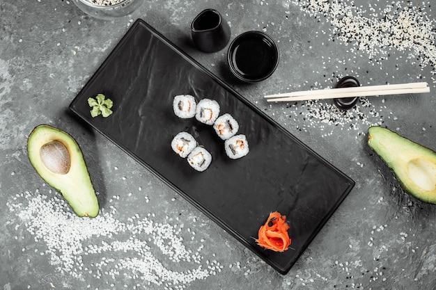 Простые маки с тунцом. суши на сером фоне.