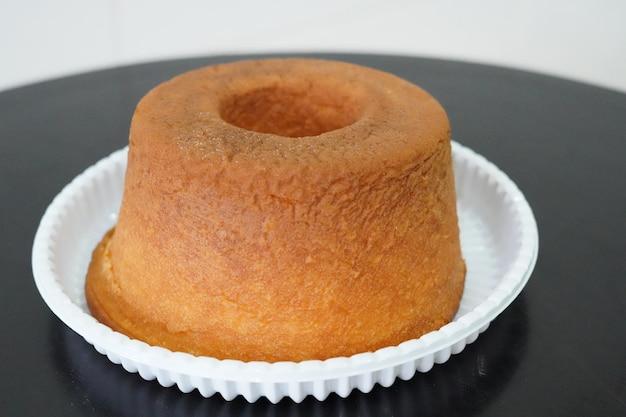 검은 테이블에 간단한 알몸 케이크