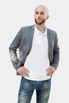 シンプルなポロシャツの男性がスーツを着てビジネスルックの写真撮影
