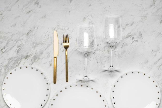 Простая сервировка стола на белом