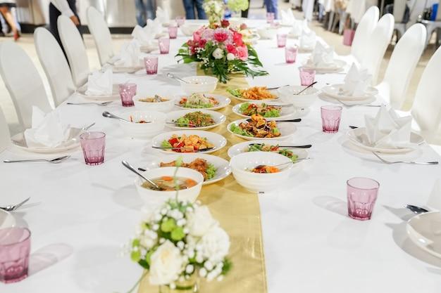 레스토랑에서 점심 또는 저녁 식사를위한 간단한 태국 음식.