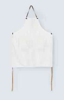 ポケット付きのシンプルな白いエプロン