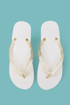 간단한 화이트 샌들 여름 신발 패션