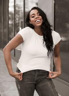 シンプルな白いtシャツプラスサイズの婦人服の屋外撮影