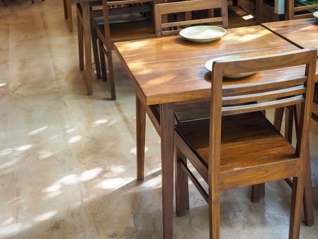 빈 접시와 나무 의자가있는 간단한 나무 식탁