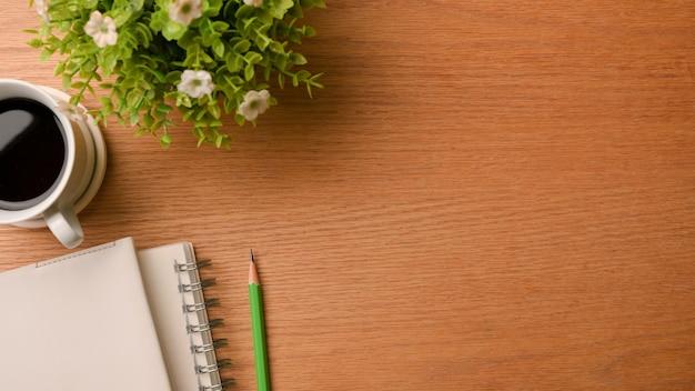 Простой рабочий стол в виде сверху, копия пространства, учебный стол, деревянный фон, крупным планом, сверху.