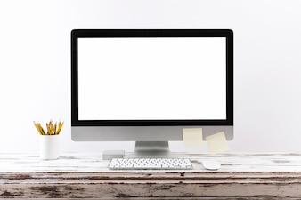 空のコンピュータ画面で簡単な作業スペース