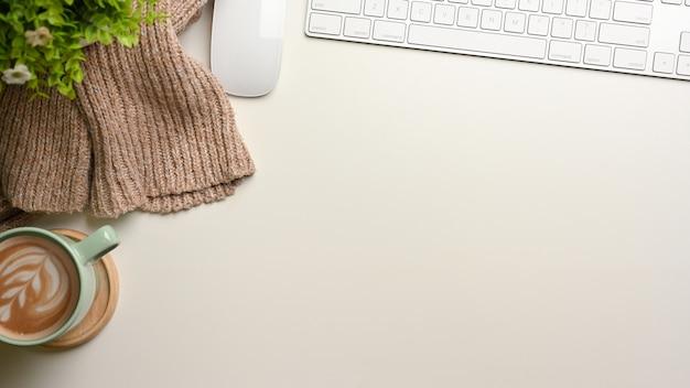 Простое рабочее пространство, макет сцены с копией пространства, чашка компьютерного устройства и вид сверху свитера