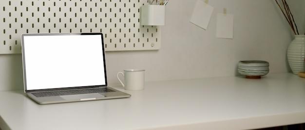 Простой рабочий стол с копией пространства, макет ноутбука, чашка кофе и украшения в домашнем офисе