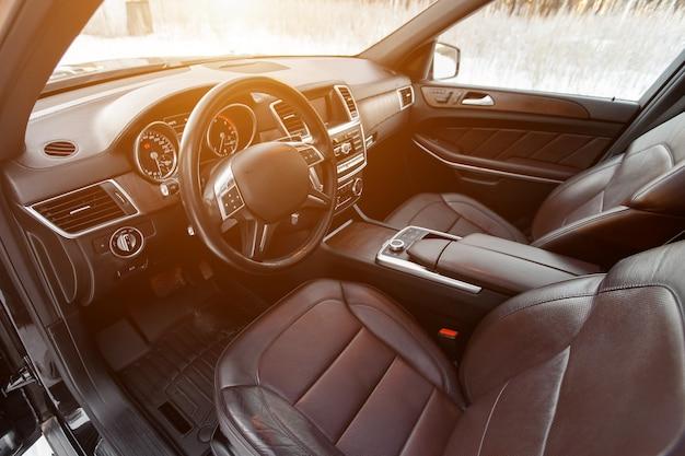 Простой, но стильный и сбалансированный интерьер современного автомобиля.