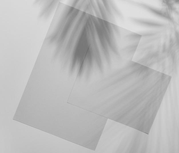 植生の影と単純なパンフレットのオーバーレイ