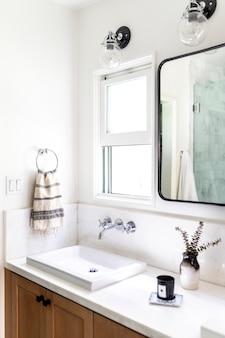 밝고 깔끔한 디자인의 욕실