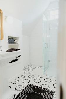シンプルで明るく清潔なデザインのバスルーム