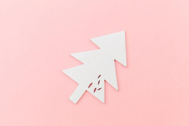 Просто минимальная композиция зимний объект орнамент елка на розовом фоне