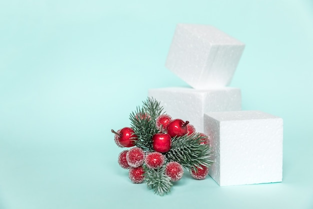 Просто минимальная композиция зимних объектов орнамент и кубические формы геометрическая форма подиума изолированы