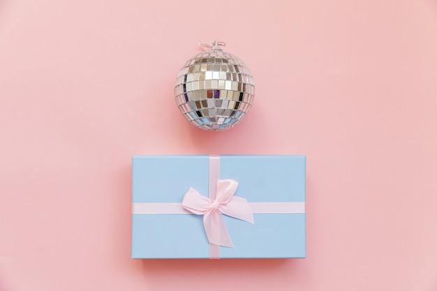 ピンクの背景で隔離の単に最小限の構成の冬のオブジェクト飾りボールギフトボックス