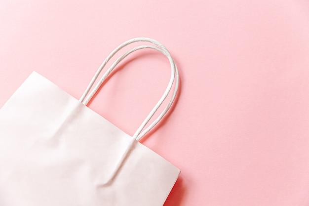 Сумка для покупок в простом минималистичном дизайне, изолированная на розовом