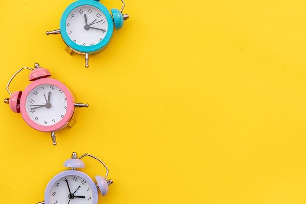 シンプルなミニマルデザインの3つの鳴るツインベルクラシック目覚まし時計