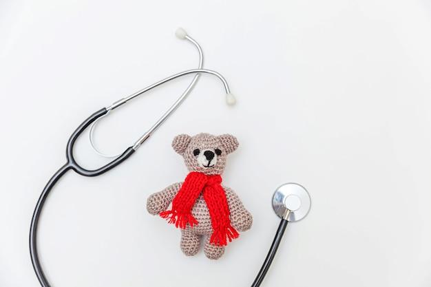 단순히 최소한의 디자인 장난감 곰과 흰색 배경에 고립 된 의학 장비 청진 기