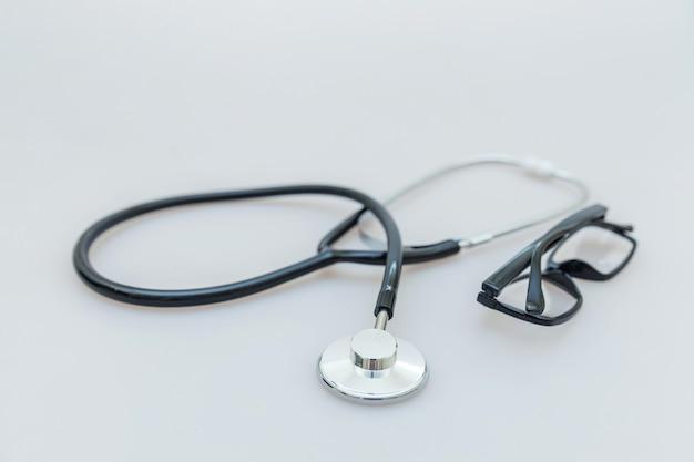 의학 장비 청진기와 흰색 배경에 안경 단순히 최소한의 디자인