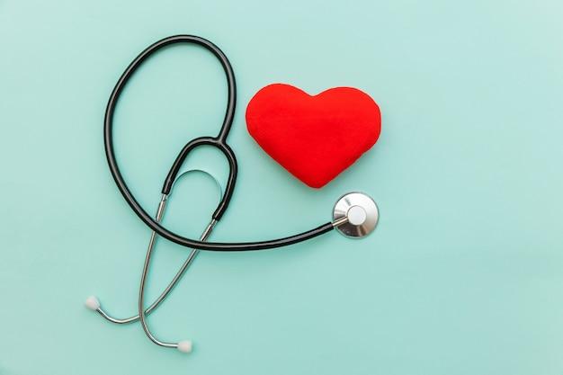 의학 장비 청진 기 및 유행 파스텔 파란색 배경에 고립 된 붉은 마음으로 단순히 최소한의 디자인