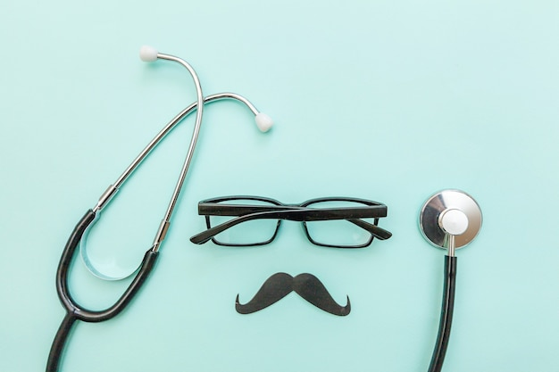 파란색 배경에 고립 된 콧수염의 의학 장비 청진 안경 기호로 단순히 최소한의 디자인