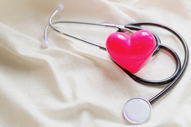 Design minimale con stetoscopio o fonendoscopio di attrezzature mediche
