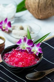 Melograno simulato allo sciroppo di cocco, manioca, dessert tailandese.