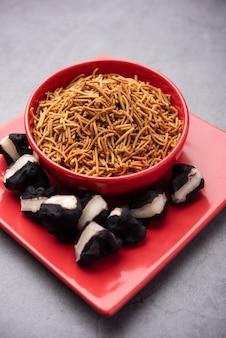 Сингада или сингхара чесночный сев, намкин шев врат еда, приготовленная из водяного каштана, подаваемая в миске.