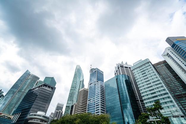 早朝に劇的な雲があるシンガポールの中央ビジネス地区