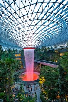 Фонтан в аэропорту сингапура чанги