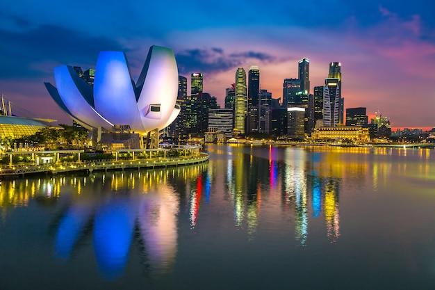 Горизонты города сингапур ночью на рассветном небе