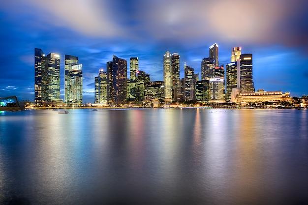 Сингапур город небоскребов в ночное время