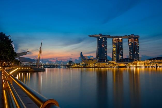 Центр города сингапура в сумерках