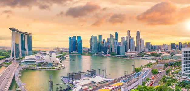 Район залива горизонта центра сингапура в сумерках