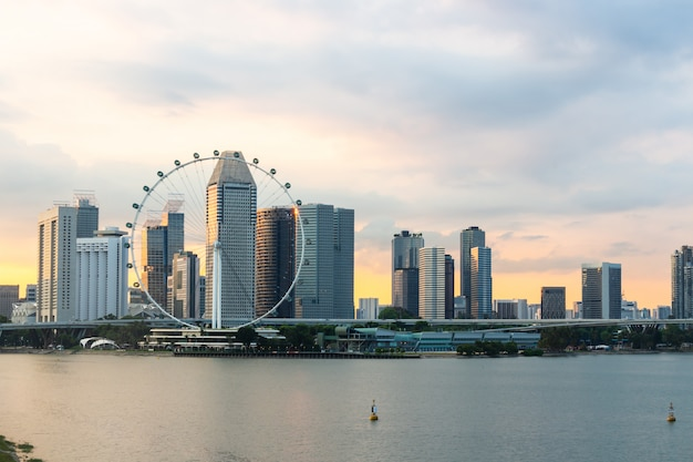 황혼의 시간에 마리나 베이 및 일몰에 싱가포르 플라이어 풍경