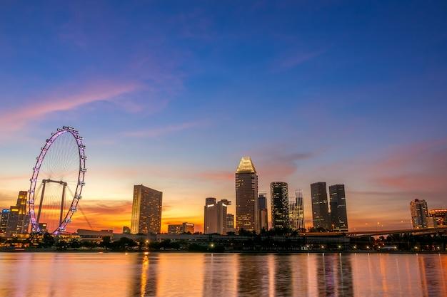 シンガポール。ダウンタウンの日没のゴールデンアワー。観覧車と高層ビル