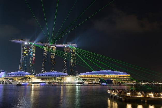 シンガポール-2015年7月9日:ライトアンドウォーターショー「ワンダーフル」の夜のマリーナベイサンズ。 2015年7月9日のシンガポール