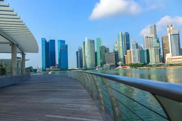 싱가포르 - 2015년 3월 17일: 마리나 베이의 싱가포르 도시 머라이언 동상의 랜드마크