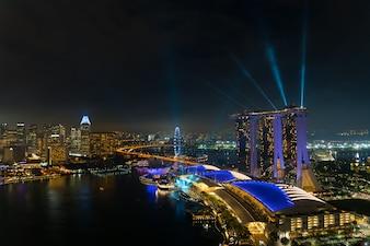 夜のシンガポールマリーナベイ、ライトショーのあるシンガポールシティは有名で美しいショーです。