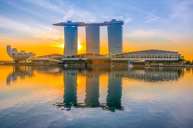 싱가포르. 마리나 베이 샌즈 호텔. 다채로운 새벽과 만의 잔잔한 물