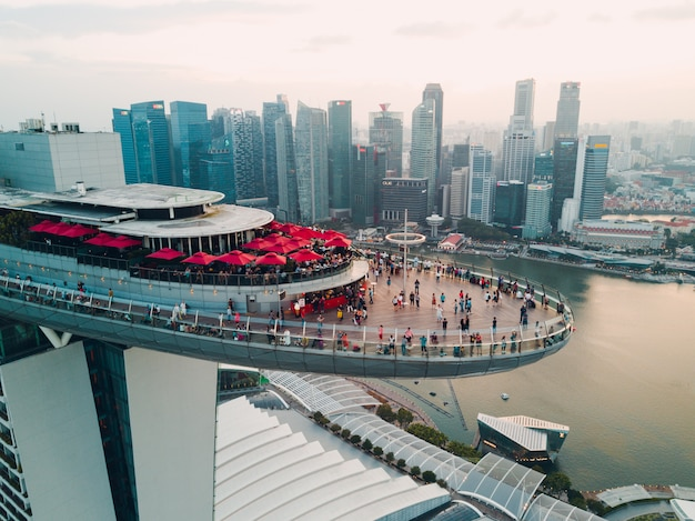 Сингапур, marina bay sands luxury hotel. с высоты птичьего полета.