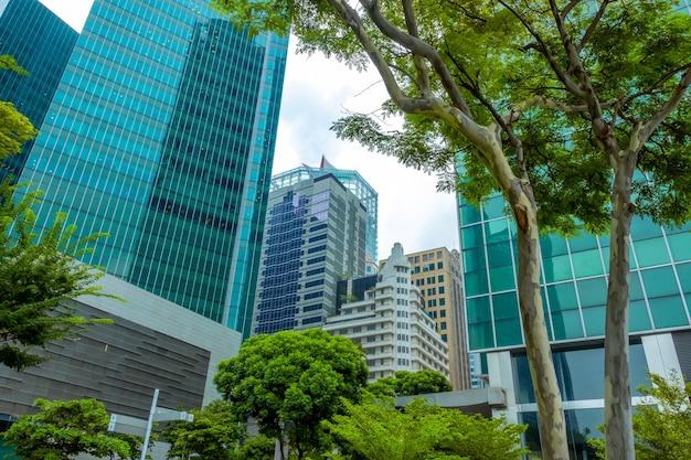 Сингапур. современные офисные небоскребы и зеленые деревья
