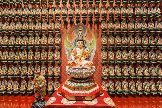 Сингапур - 16 октября 2014: интерьер храма реликвии зуба будды. это главный буддийский храм в районе чайнатаун сингапура.