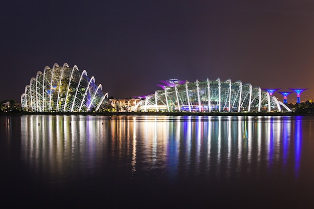 シンガポール-2014年10月16日:日没時のマリーナベイガーデンのフラワードーム。