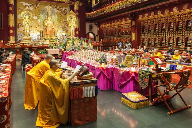 Сингапур - 16 октября 2014: внутри храма реликвии зуба будды. это буддийский храм, расположенный в районе чайнатаун в сингапуре.